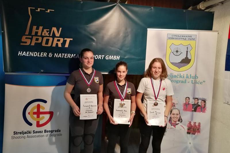 Osvajačice medalja u konkurenciji mlađih juniorki puškom: Kristina Lazarević (srebro), Anja Knežević (zlato) i Tamara Đapić (bronza)